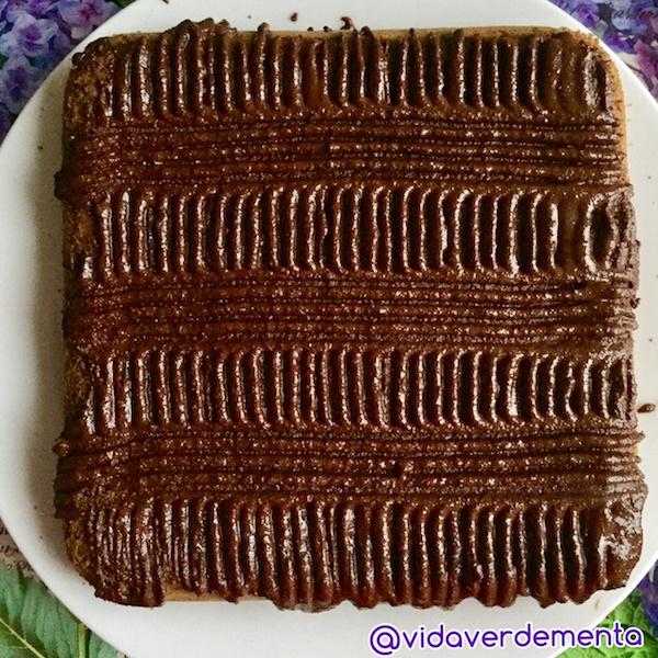Topping de cacao y aceite de coco. Puedes decorar con almendras, nueces o lo que te guste.
